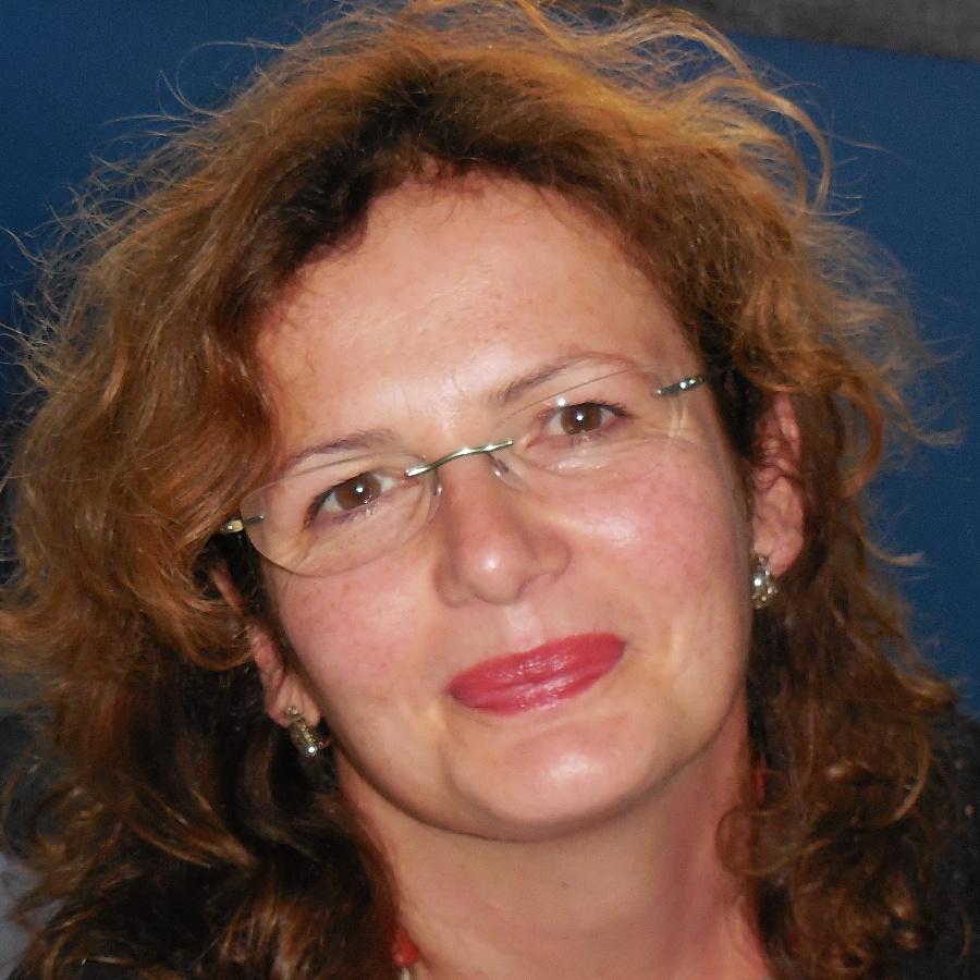 Anna Maria Pezzella è docente di Filosofia dell'Educazione e di Istituzioni di Pedagogia presso la PUL di Roma. I suoi interessi principali sono rivolti alla fenomenologia, in modo particolare al pensiero di Edith Stein, al pensiero femminile del Novecento e alla riflessione educativa.
